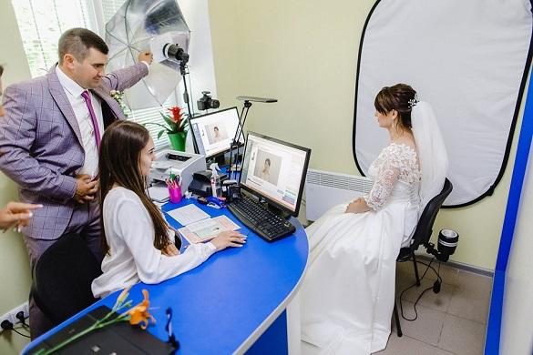 З-під вінця - за ID-карткою: у Черкасах наречені оформили паспорт одразу після церемонії (ФОТО)