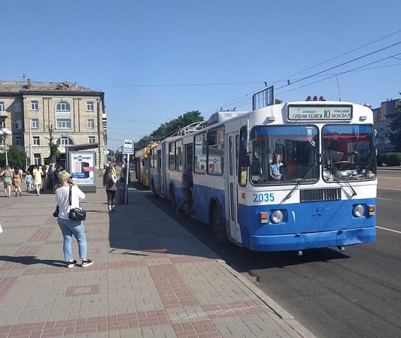 Тролейбуси на Соборній площі в Черкасах тепер зупинятимуться зручніше для пасажирів