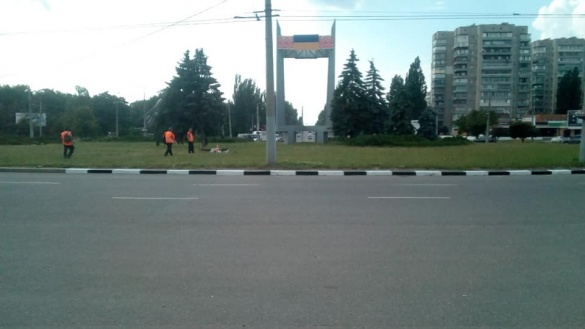 Черкаські комунальники пофарбували бордюри на декількох перехрестях