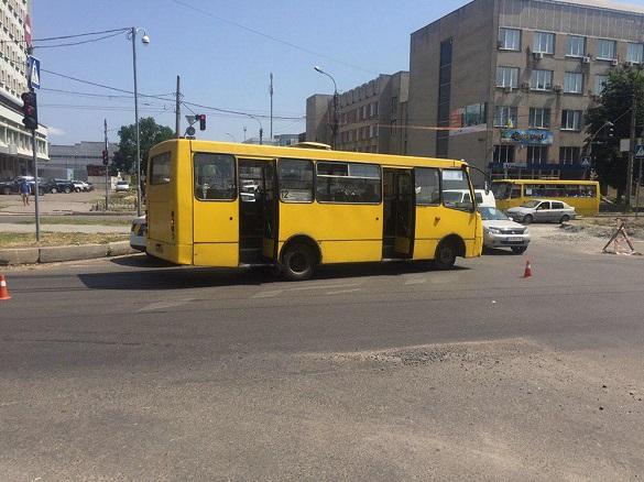 У Черкасах сталася ДТП за участі маршрутки: двох пасажирів госпіталізовано (ФОТО)