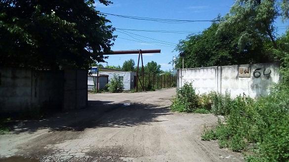 Небезпечне сусідство: жителі Червоної Слободи готові перекривати дорогу через отруйні заводи