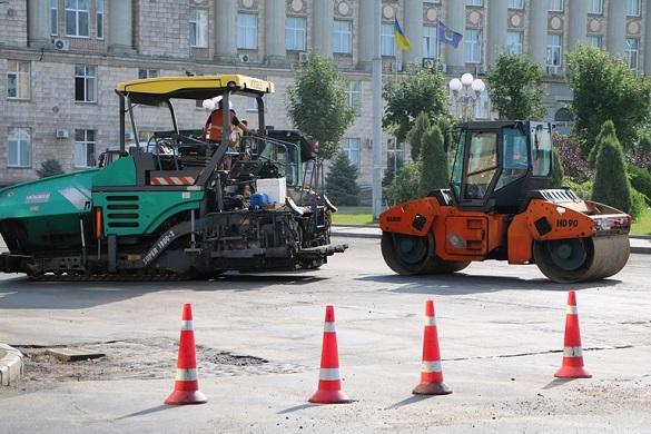 У центрі Черкас ремонтують дорогу