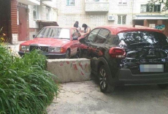 У Черкасах водій автомобіля в'їхав у бетонний блок