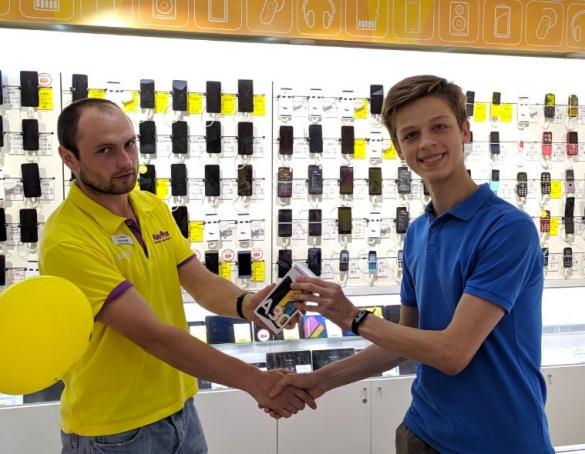 Купуючи навушники в Оплату частинами хлопець отримав новенький смартфон