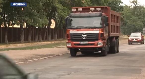 Мешканці будинку в Черкасах скаржаться на шум від вантажівок (ВІДЕО)