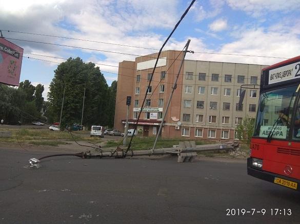На перехресті у Черкасах впала електроопора (ФОТО)