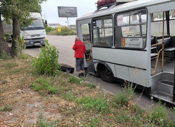 У черкаської маршрутки відпало колесо (фотофакт)