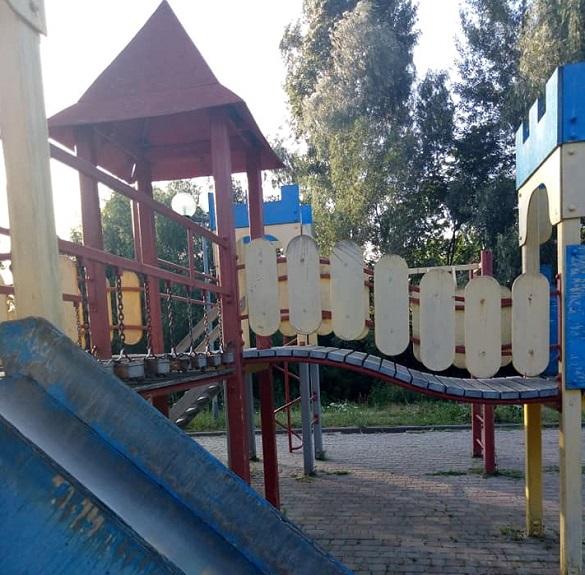 У центрі Канева дитячий майданчик розвалюється на очах (ФОТО)