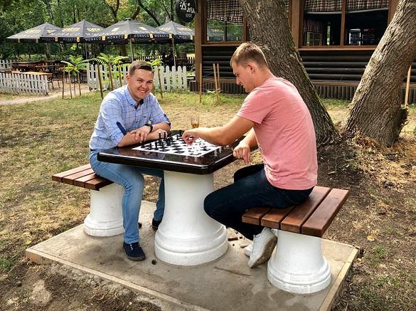 В одному з парків Черкас встановили шахові столи