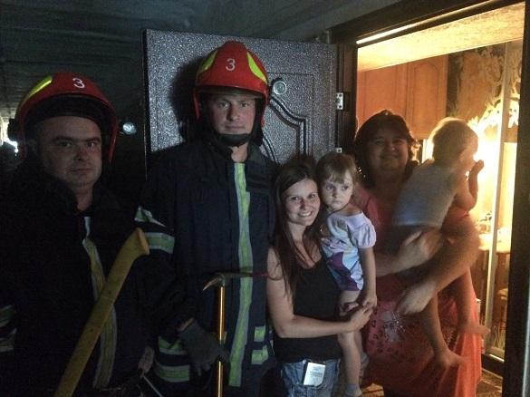 Із замкненої квартири рятували маленьких черкащан