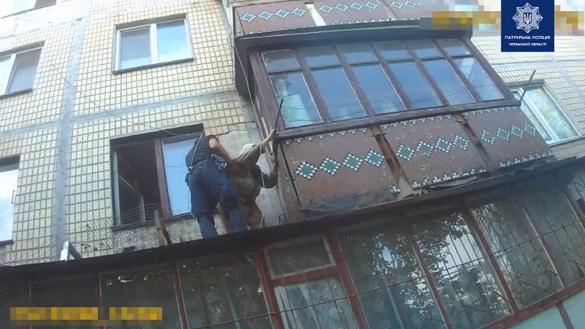 У Черкасах рятували пенсіонерку, яка опинилася на даху балкону (ВІДЕО)