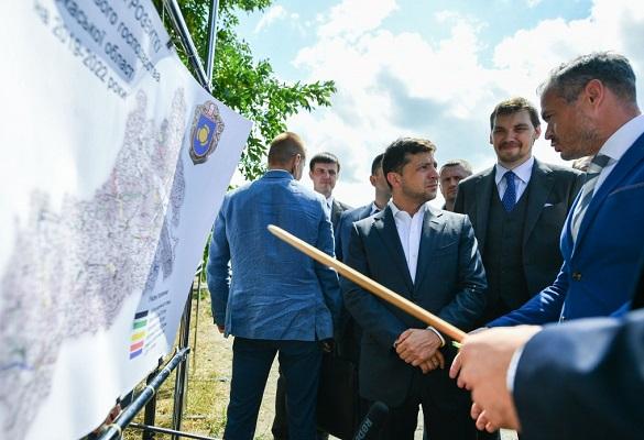 Зеленський доручив пришвидшити ремонт доріг на Черкащині