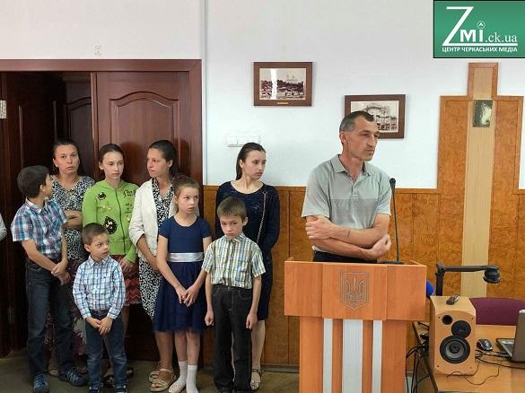 Черкаська родина Гуцало два роки не може отримати обіцяний мікроавтобус для десяти дітей