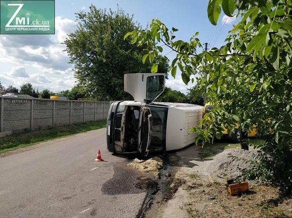 Перекинуті та зім'яті автівки: у Черкасах не розминулися мікроавтобус і легковик (ФОТО)