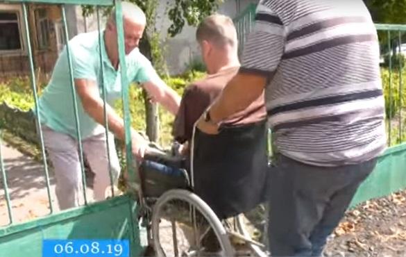 Пацієнтів протезно-ортопедичного цеху Черкас лікарі заносять на прийом на руках (ВІДЕО)