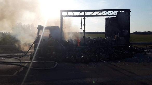 На Черкащині під час руху вщент згоріла вантажівка (ФОТО)