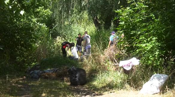 Там, де чиновники пасивні: поблизу Долини троянд довкілля рятували від сміття (ВІДЕО)
