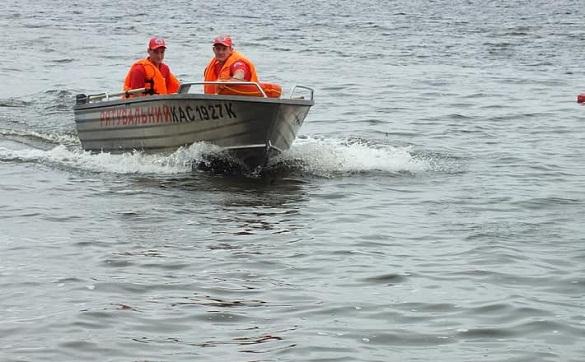 На одному з черкаських пляжів рятували чоловіків, які перекинулися на байдарці (ФОТО)