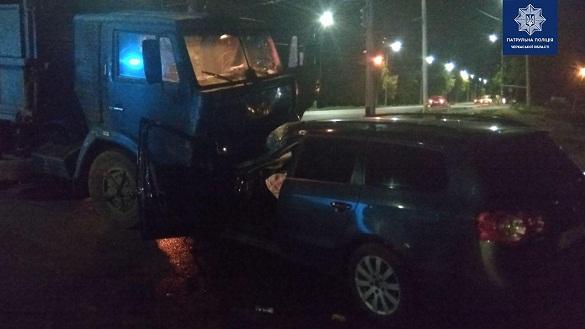 У Черкасах легковик зіткнувся з КамАЗом: є постраждалі (ФОТО)