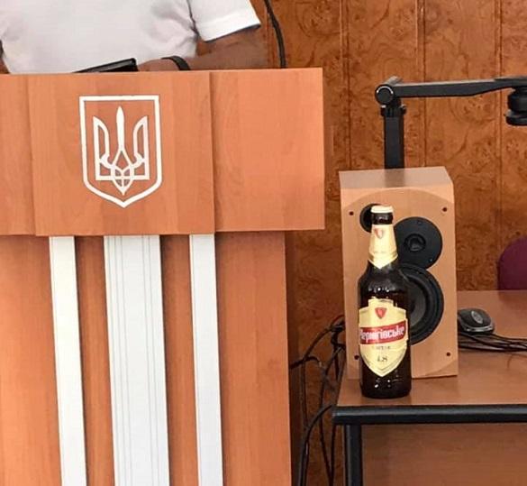 Головному муніципалу Черкас в мерії подарували пляшку пива (ФОТО)