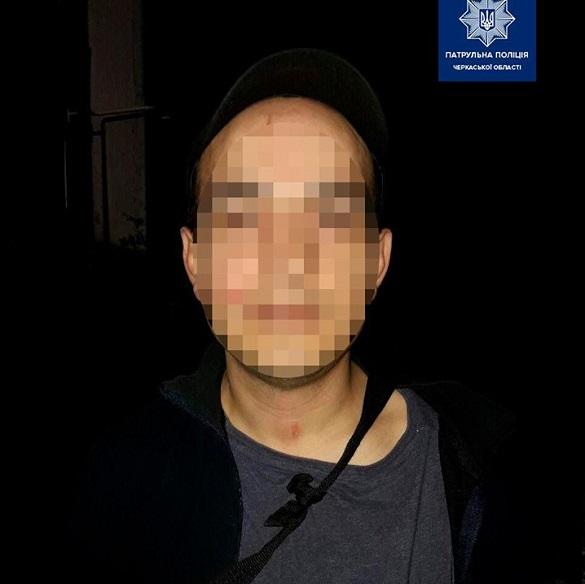 Черкаські патрульні затримали молодика, який чіплявся та погрожував перехожим