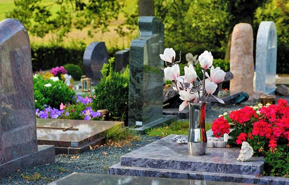 """Уманські наркоторговці роблять """"закладки"""" на могилах (ВІДЕО)"""