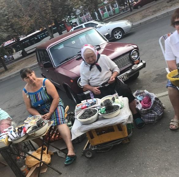 Поблизу черкаської школи з рук продають цигарки (ФОТО)