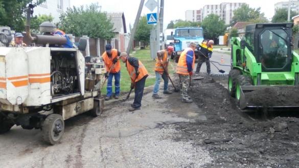 Черкаські комунальники взялися латати дороги