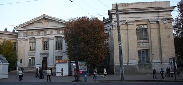 Жителі Черкас просять відремонтувати фасад ЦДЮТ