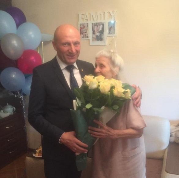 Мер Черкас привітав жительку зі 100-річним ювілеєм (ФОТО)
