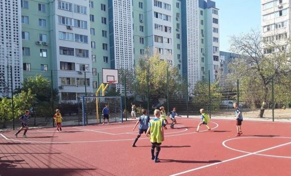 У мікрорайоні Митниця у Черкасах встановили новий спортивний майданчик (ФОТО)