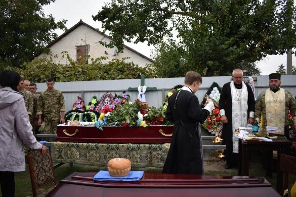 Шлях до рідного дому був встелений свічками: на Черкащині поховали загиблого воїна (ФОТО)