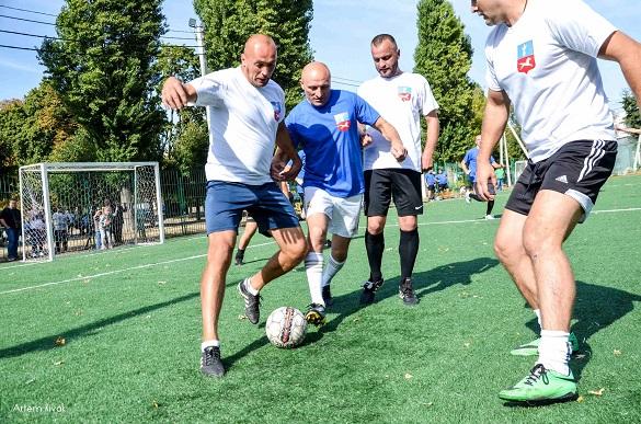 У Черкасах мер із посадовцями зіграли у футбол проти ветеранів (ФОТО)