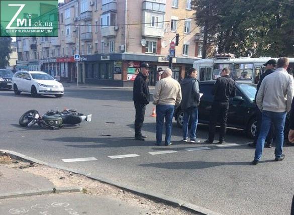 У центрі Черкас не розминулися мотоцикліст та водій легковика