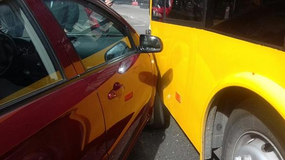 Не розминулися тролейбус і авто: у центрі Черкас сталася ДТП (ФОТО)