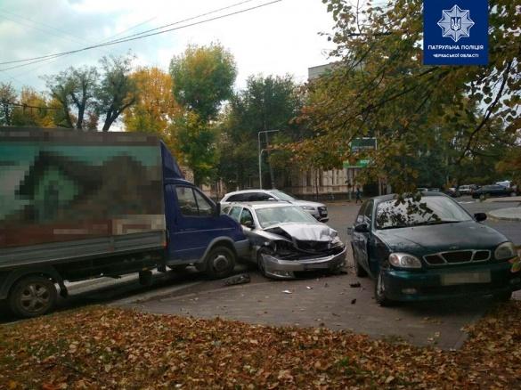 Через зіткнення авто відкинуло: у Черкасах сталася ДТП (ФОТО)