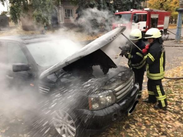 Стали відомі подробиці пожежі автомобіля Range Rover, що спалахнув у центрі Черкас