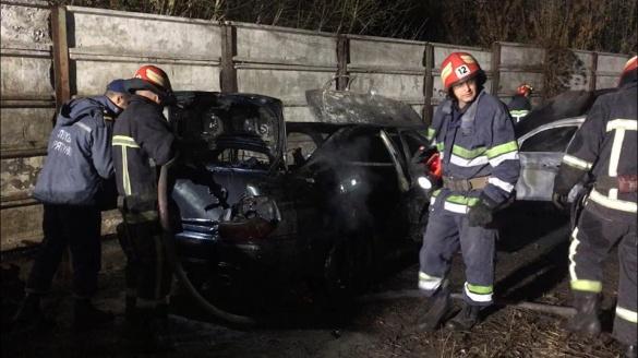 """Постраждали """"BMW"""" та """"Mersedes"""": на Черкащині через підпал загорілися три автівки"""