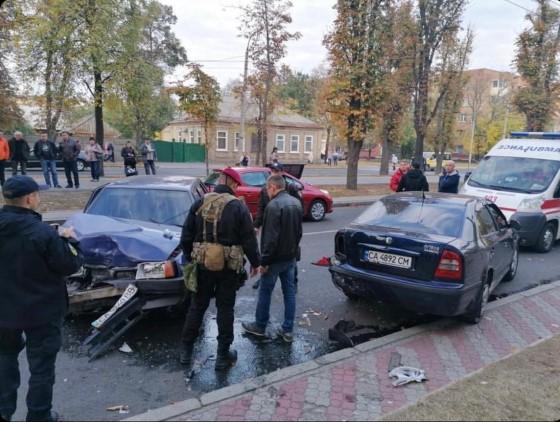 Розбиті машини: на бульварі Шевченка у Черкасах сталася ДТП (ФОТО)