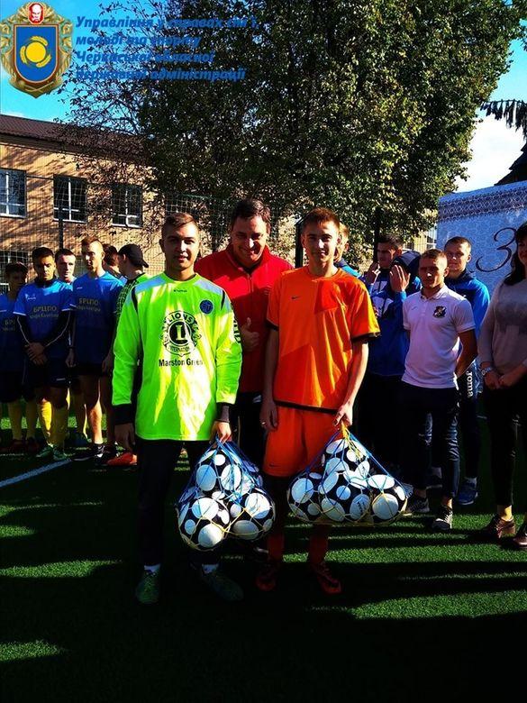 Тепер і у Лисянці: біля навчального закладу звели футбольне поле зі штучним покриттям