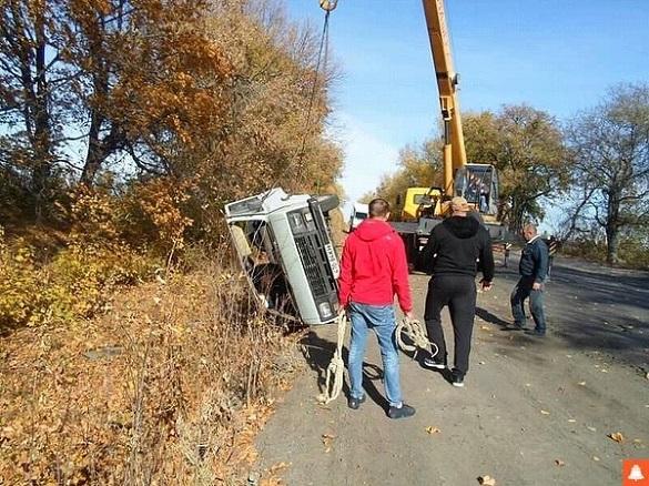 На Черкащині перевернувся мікроавтобус через погану дорогу