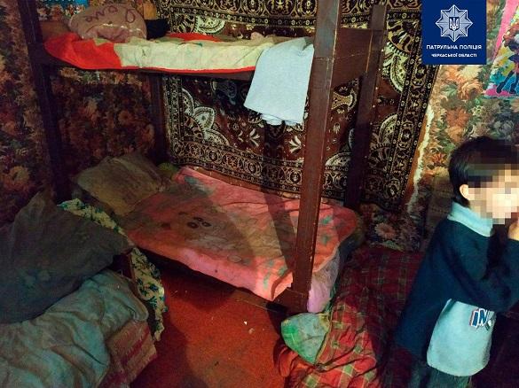 Злякані та просили їсти: у Черкасах працівників поліції шокували умови проживання трьох дітей (ФОТО)