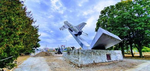 У Черкасах почали реконструювати літак біля парку Перемога(ФОТО)