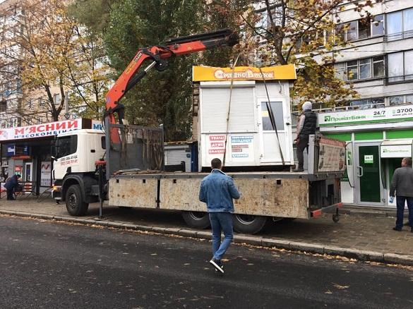 Майже десяток незаконних тимчасових споруд демонтують у Черкасах