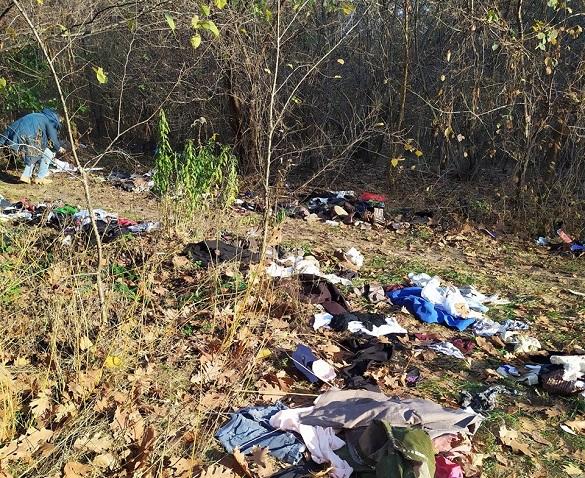 Безкоштовний одяг: у Черкасах один із магазинів викинув речі посеред лісу