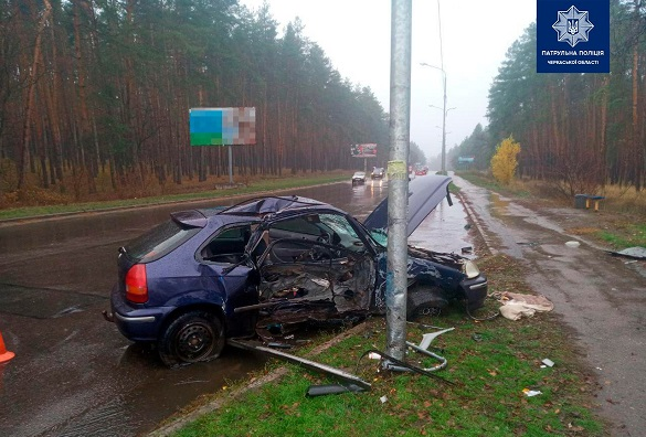 У Черкасах водій не впорався з керуванням та врізався в електроопору