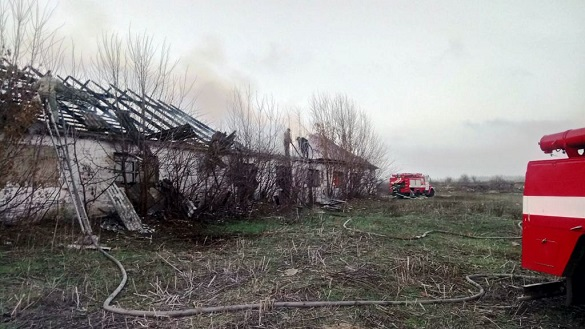 На Черкащині загорілася господарча будівля з соломою (ВІДЕО)