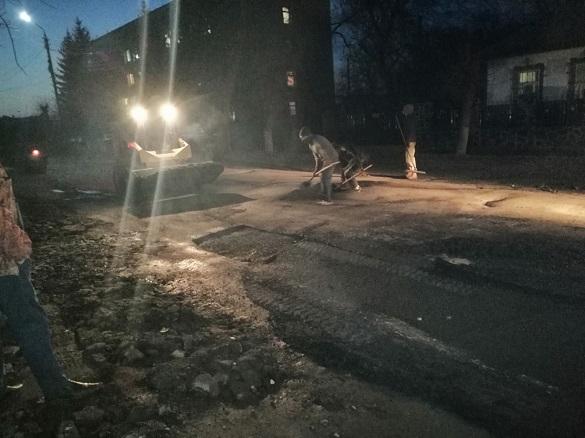 У Смілі серед ночі ремонтують дорогу поблизу відділку поліції (ФОТО)