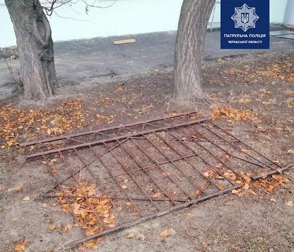 У Черкасах чоловіки викрали паркан з території училища