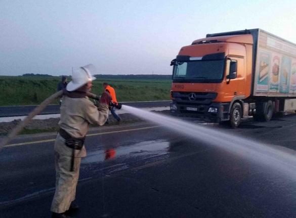 Внаслідок ДТП на Черкащині з вантажівки витекло на дорогу пальне